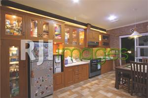 Area dapur bergaya modern dengan unsur kayu