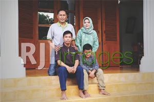 Aris Suharyanto bersama istri & kedua putranya