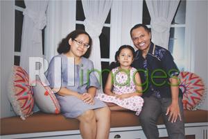 Gabriel Lele dan Elok Pakaryaningsih bersama putri kesayangannya