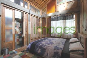Kamar tidur bergaya rustic dengan dominasi kayu