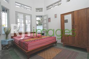 Kamar tidur tamu dengan dekorasi minimalis