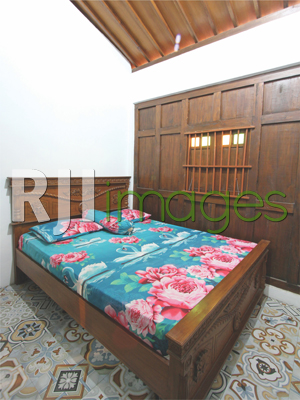 Kamar tidur utama dengan latar gebyok kayu