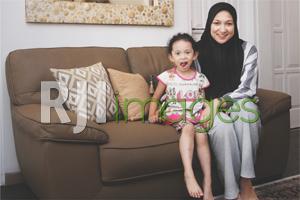 Lily Lestari Yusno beserta putrinya