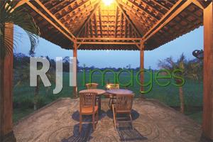 Pendopo kecil sebagai tempat romantic dinner dengan view hijau