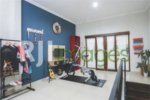 Ruang hobi lantai atas dengan pernak-pernik berbau sepeda