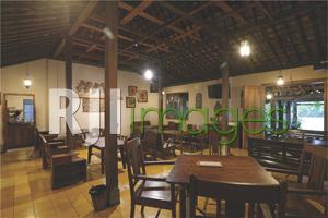 Ruang makan bangunan utama dengan table set klasik
