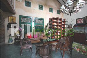 Ruang utama dengan aksen furnitur kayu bernuansa klasik