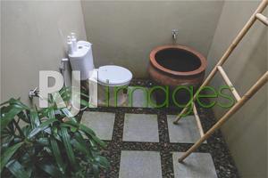Semi outdoor bathroom dengan fasilitas modern