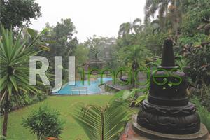 View langsung ke kolam renang di depan villa