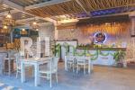 Area meja kasir dengan aksen dekorasi bernuansa tropis