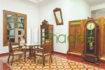 Ruang tamu dengan furnitur & dekorasi barang vintage